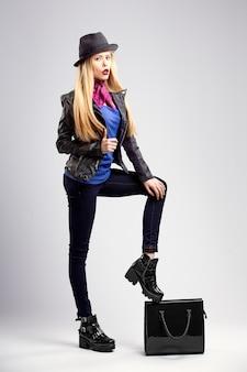 Młoda blond kobieta w jesienne ubrania casual, czarna skórzana kurtka
