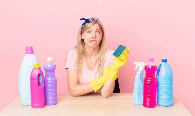 Młoda blond kobieta wygląda na zdziwioną i zdezorientowaną. koncepcja gospodyni