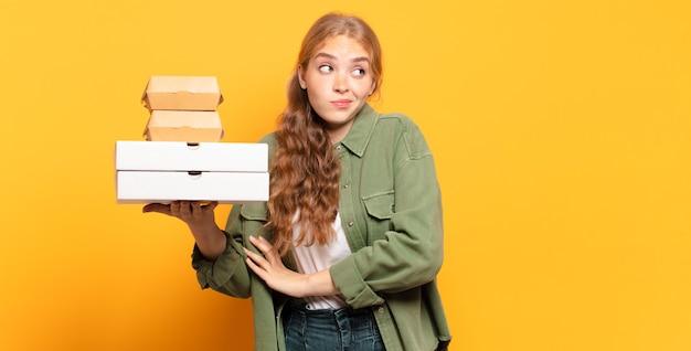 Młoda blond kobieta zabiera fast food