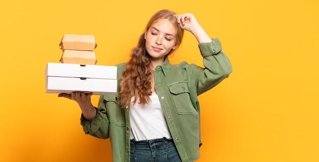 Młoda blond kobieta zabierająca fast foody