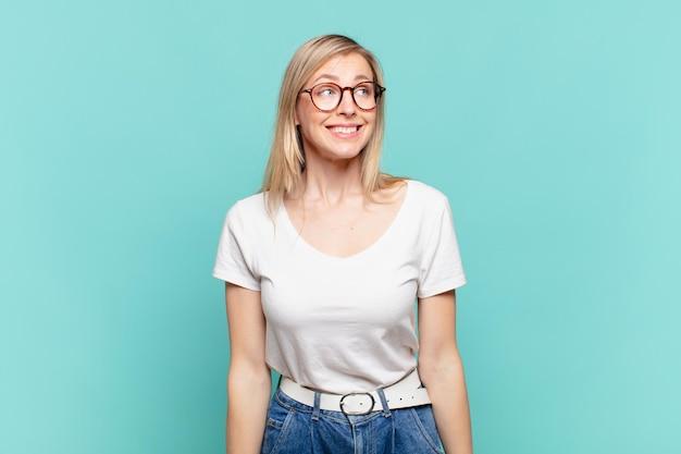 Młoda blond ładna kobieta wyglądająca na zmartwioną, zestresowaną, niespokojną i przestraszoną, panikującą i zaciskającą zęby