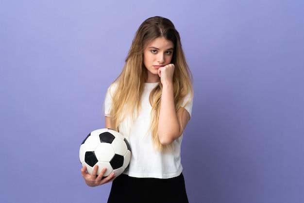 Młoda blond piłkarz kobieta na białym tle na fioletowej ścianie z wyrazem zmęczony i chory