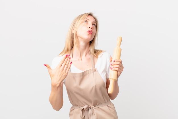 Młoda blondynka czuje się zestresowana, niespokojna, zmęczona i sfrustrowana. koncepcja piekarza
