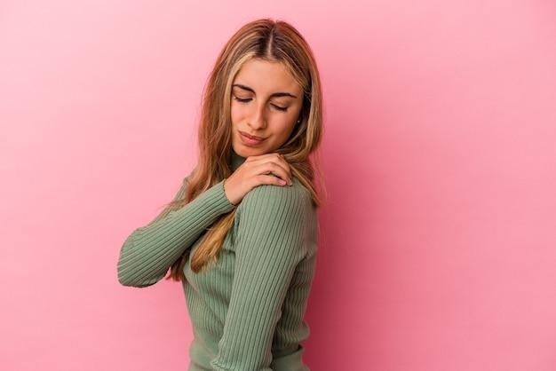 Młoda blondynka kaukaski kobieta na białym tle na różowym tle o bólu barku.