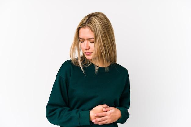 Młoda blondynka kaukaski kobieta na białym tle o ból wątroby, ból brzucha.
