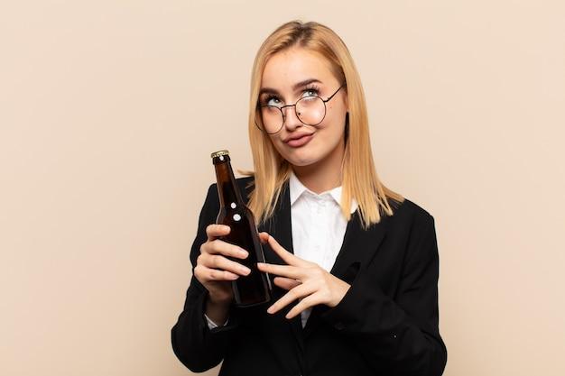 Młoda blondynka knuje intrygi i konspiruje, myśli podstępne sztuczki i oszustwa, przebiegłość i zdradę