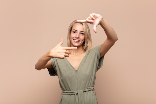 Młoda blondynka ładna kobieta