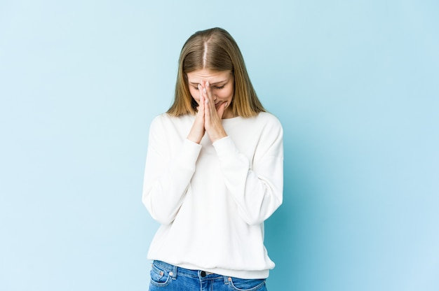 Młoda blondynka modląca się, okazująca oddanie, osoba religijna szukająca boskiej inspiracji.
