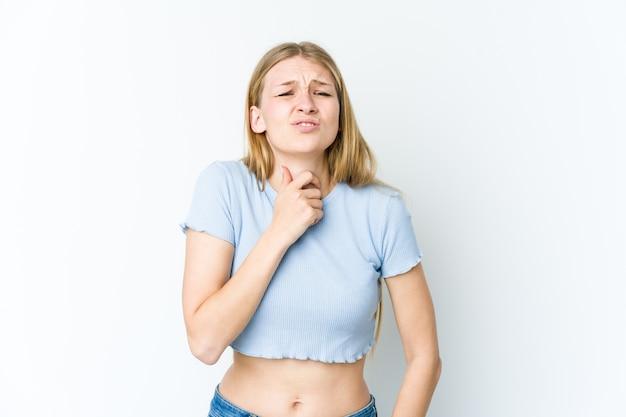 Młoda blondynka na białej ścianie cierpi na ból gardła z powodu wirusa lub infekcji