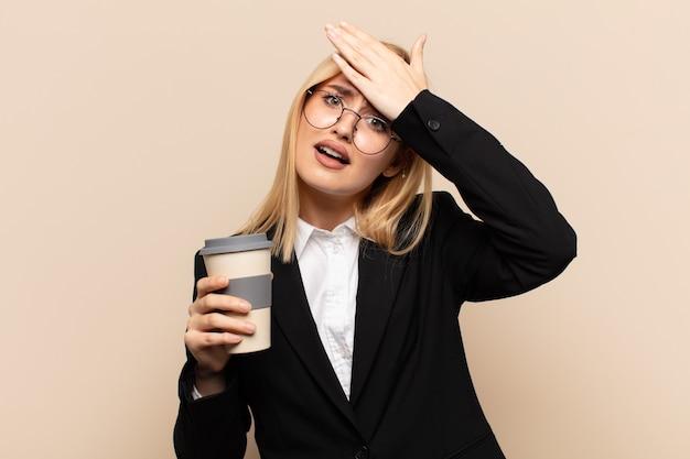 Młoda blondynka panikuje z powodu zapomnianego terminu, jest zestresowana, musi zatuszować bałagan lub błąd