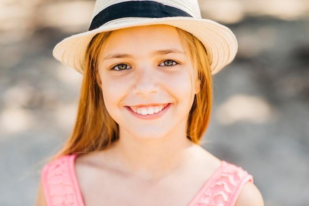 Młoda blondynka patrzeje kamerę na plaży