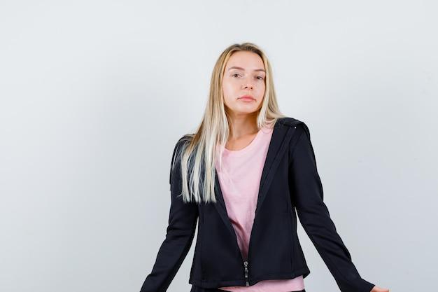 Młoda blondynka urocza kobieta na białym tle