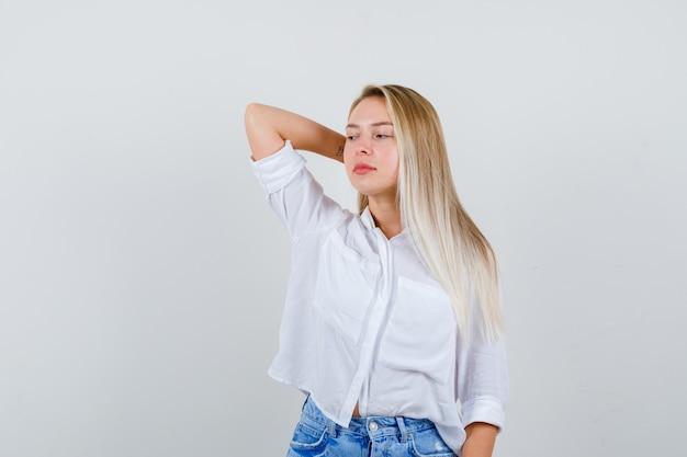 Młoda blondynka w białej koszuli