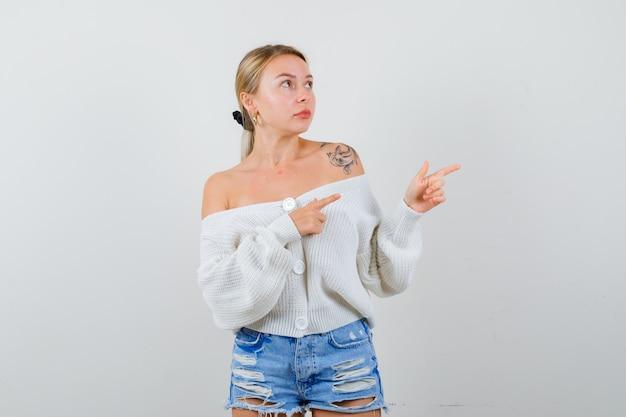 Młoda blondynka w białym sweterku