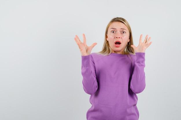 Młoda Blondynka W Fioletowym Swetrze Darmowe Zdjęcia