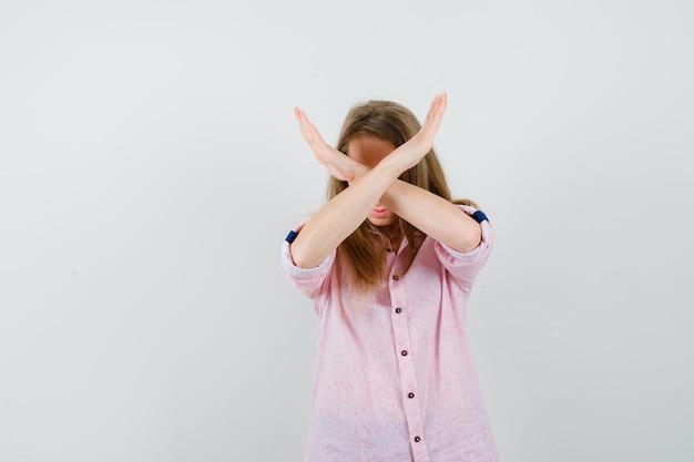 Młoda blondynka w luźnej różowej koszuli