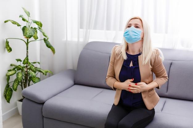 Młoda blondynka w masce martwi się o kwarantannę. koronawirus, choroba, infekcja, kwarantanna, bandaż chirurgiczny.