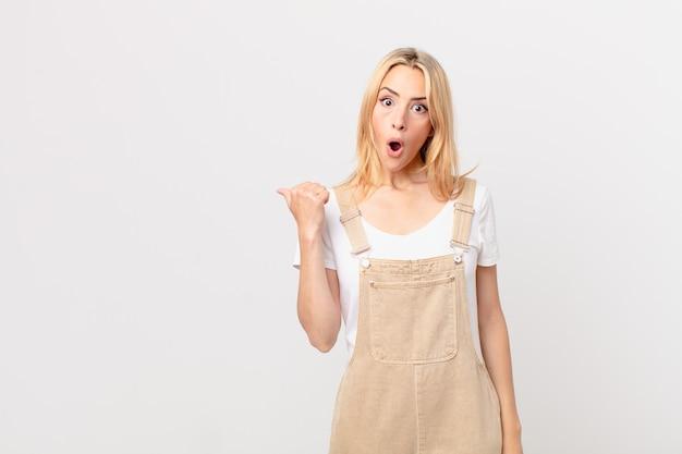 Młoda blondynka wyglądająca na zdziwioną z niedowierzaniem