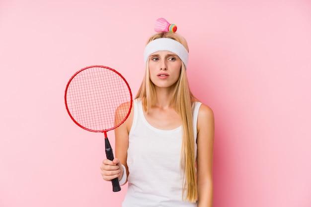 Młoda blondynki kobieta bawić się badminton odizolowywającego