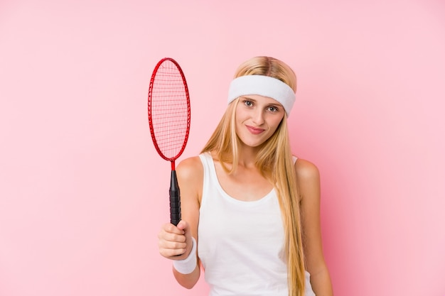 Młoda blondynki kobieta bawić się badminton
