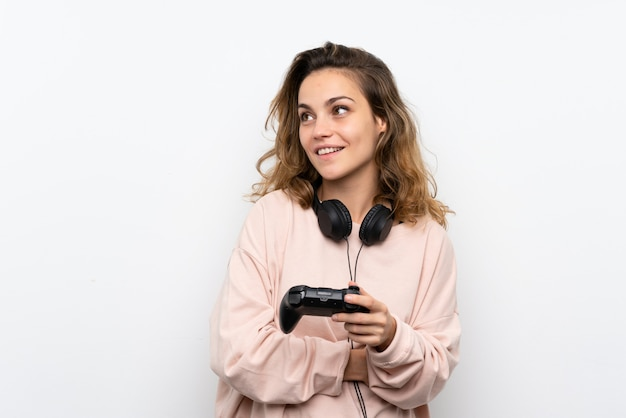 Młoda blondynki kobieta bawić się przy grami wideo