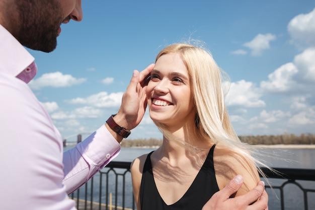 Młoda blondynki kobieta patrzeje jej mężczyzna