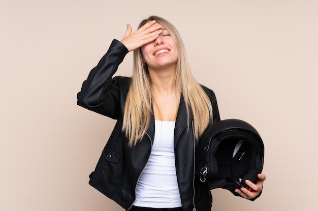 Młoda blondynki kobieta z hełma motocyklem, facepalm gest