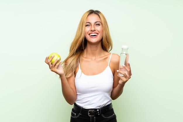 Młoda blondynki kobieta z jabłkiem