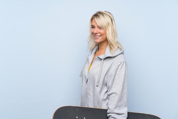 Młoda blondynki kobieta z łyżwą