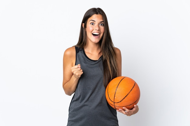 Młoda brazylijska kobieta gra w koszykówkę na białym tle