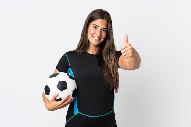 Młoda brazylijska kobieta odizolowywająca z piłki nożnej iz kciukiem do góry