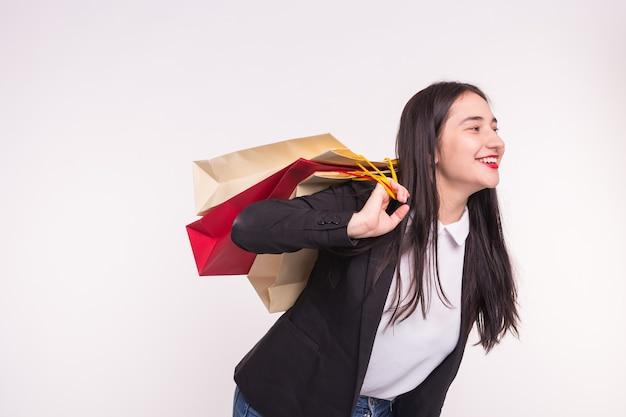 Młoda brunetka azjatykcia kobieta śmiejąc się z torby na zakupy