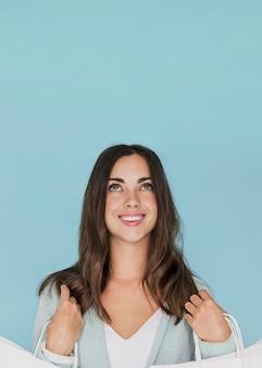 Młoda brunetka kobieta patrząc w górę