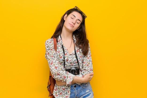 Młoda brunetka kobieta podróżnik przytula, uśmiechając się beztroski i szczęśliwy.