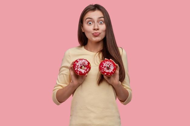 Młoda brunetka kobieta smaczne pączki
