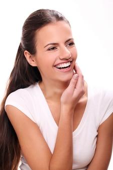 Młoda brunetka kobieta śmieje się