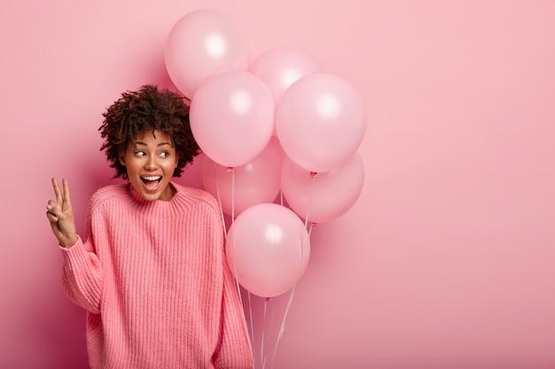 Młoda brunetka kobieta trzymając balon