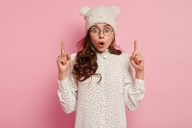 Młoda brunetka kobieta ubrana w śmieszny kapelusz