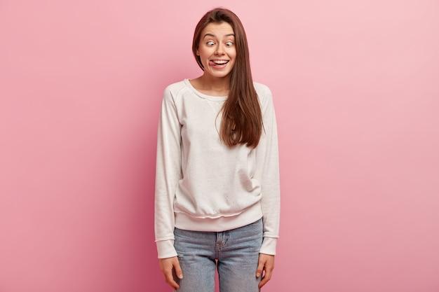 Młoda brunetka kobieta ubrana w ubranie