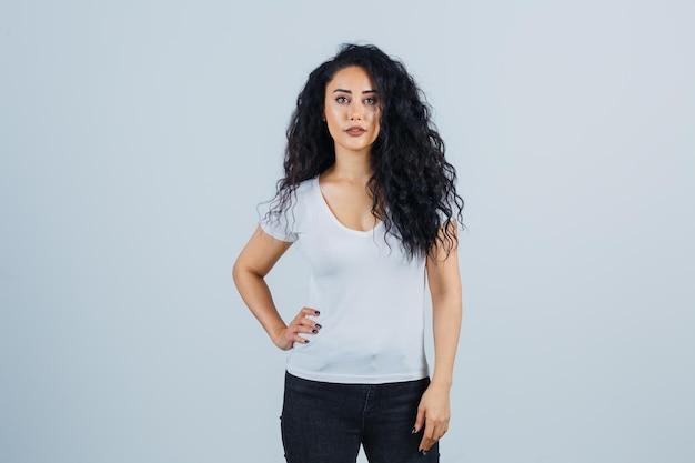 Młoda brunetka kobieta w białej koszulce