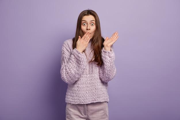 Młoda brunetka kobieta w przytulne zimowe ubrania