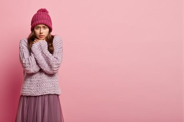 Młoda brunetka kobieta w zimowe ubrania