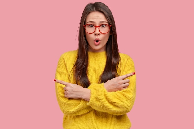 Młoda brunetka kobieta w żółtym swetrze