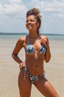 Młoda brunetka kobieta z kolorowym bikini latem.