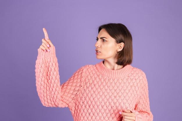 Młoda brunetka na białym tle na fioletowej ścianie