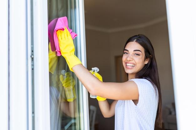 Młoda brunetka sprzątanie domu