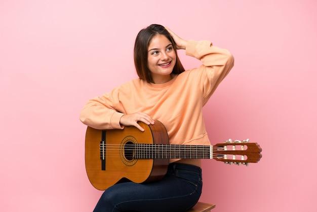 Młoda brunetka z gitarą w tle zdała sobie sprawę i zamierza rozwiązać problem