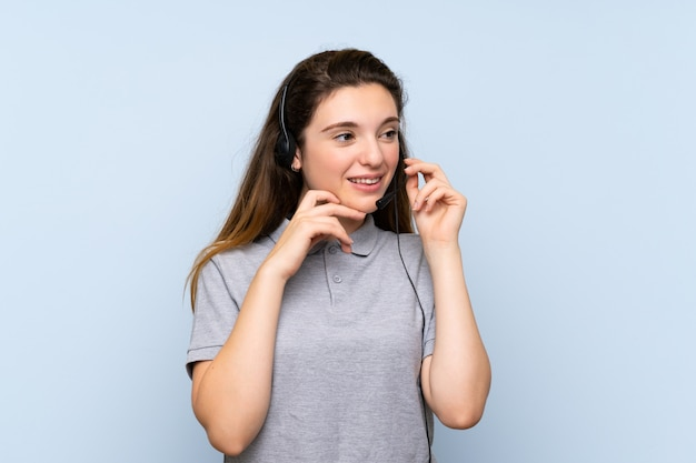 Młoda brunetki dziewczyna pracuje z słuchawki