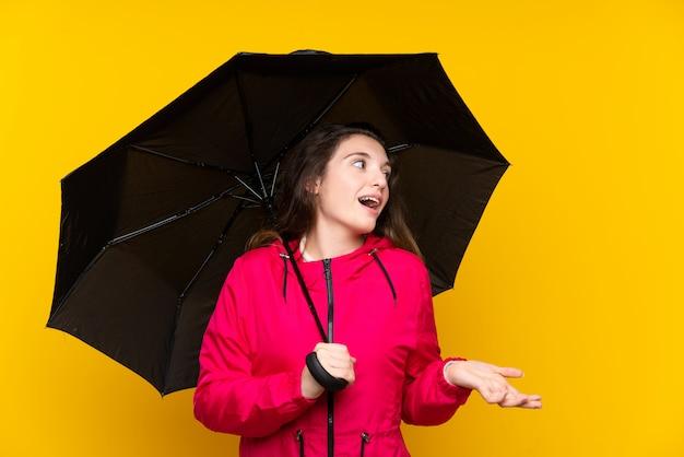 Młoda brunetki dziewczyna trzyma parasol