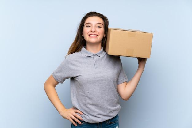 Młoda brunetki dziewczyna trzyma pudełko